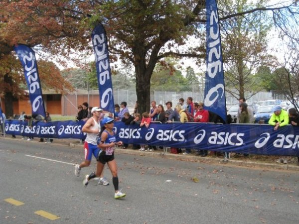 Towads the finish chute, funny running form ...